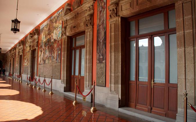 Puertas de madera de Iroko con vidrio antivandalico.